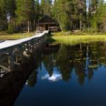 Cabaña con tina junto al lago