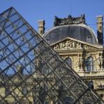 La pirámide del Museo del Louvre, París